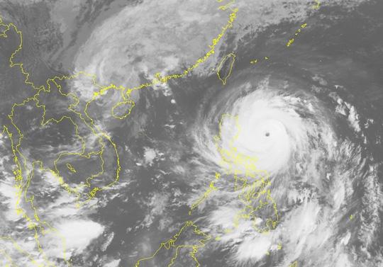 Bão số 7 hạ nhiệt, siêu bão Haima tiến vào Biển Đông - Ảnh 1.