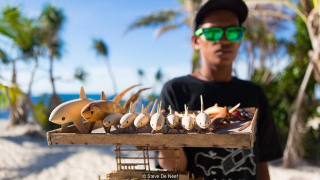 Dẫu cơ sở vật chất vẫn bị tàn phá nặng nề, song điều đó vẫn không ngăn cản được bước chân của những du khách thích khám phá đại dương.