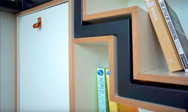 Từng bậc của cầu thang khi thu gọn lại được thiết kế khéo léo vừa khít vào các kẽ của hệ thống tủ bên dưới.