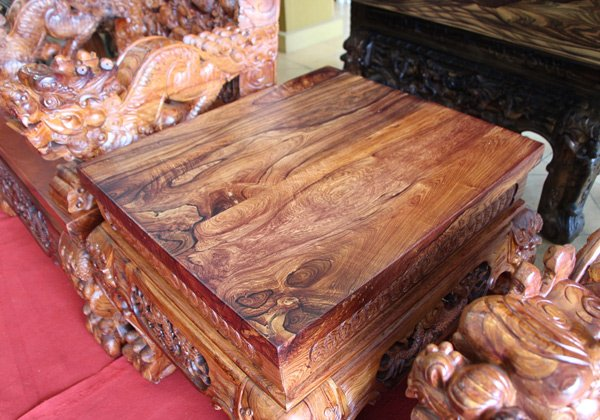 Hai bàn nhỏ làm bằng gỗ nguyên khối