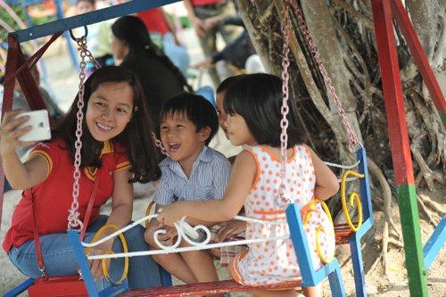 Chị Thảo và các lãnh đạo, nhân viên Vietjet tại Làng SOS Nha Trang