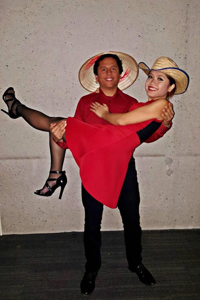 Hương và chồng biểu diễn điệu nhảy salsa trong Chương trình văn hóa Việt Nam tại trường Đại học Harvard, Mỹ. Ảnh: NVCC