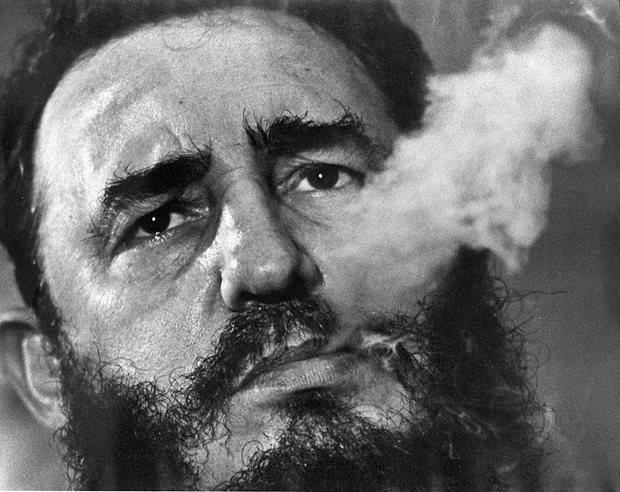 Fidel Castro hút xì gà tại Phủ Chủ tịch ở Havana vào năm Ảnh: AP.