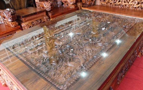 Bàn chính cũng được chạm 9 con rồng, mặt bàn bằng gỗ đặc nguyên khối lớn nhất