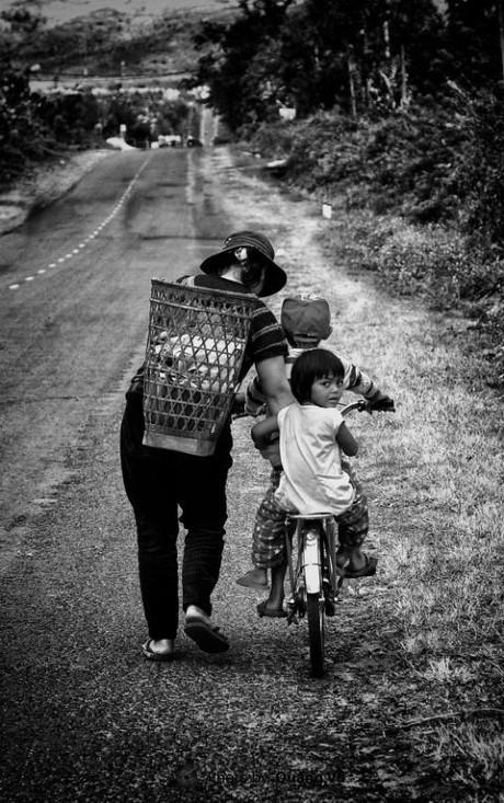 """""""Dìu dắt"""" là tên mà tác giả Đào Phúc Quang Vũ đặt cho bức ảnh này kèm lời tựa Con hãy vững tin trên con đường vì mẹ luôn ở cạnh các con. Từng là con, ai cũng hiểu một thông điệp: Dù có chuyện gì xảy ra chăng nữa, mẹ cũng sẽ luôn là người sát cánh bên con. Ảnh: Đào Phúc Quang Vũ."""