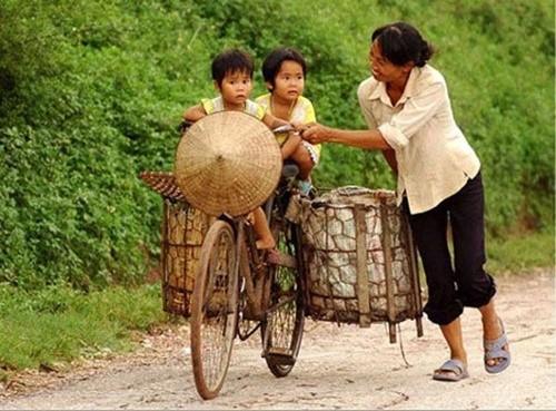 Nụ cười hạnh phúc trên khuôn mặt của người mẹ nghèo tần tảo là khoảnh khắc lay động trái tim những người con mỗi khi nhớ về mẹ. Ảnh: Chụp màn hình.