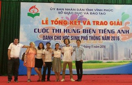 Các tình nguyện viên của Mercury làm giám khảo trong cuộc thi hùng biện tiếng Anh dành cho học sinh phổ thông của tỉnh Vĩnh Phúc. Ảnh: NVCC