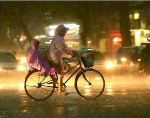 Mẹ không có ôtô, không có xe máy, nhưng được nấp sau lưng mẹ là hạnh phúc nhất đời con, tác giả của bức ảnh chia sẻ. Ảnh: MT.