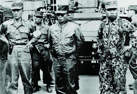 Là một nhà độc tài đầy tranh cãi nhưng không thể phủ nhận tướng Park (giữa) đã có nhiều chính sách rất đúng đắn cho kinh tế Hàn Quốc.
