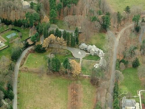 Năm 1995, Trump mua một khu bất động sản có diện tích 213 mẫu Anh (khoảng 86 hecta) tại Bedford, New York và đặt tên là Seven Springs. Căn biệt thự bằng đá và kính với diện tích hơn 3.600 m2 được ông sử dụng làm nhà vùng ngoại ô cho gia đình.