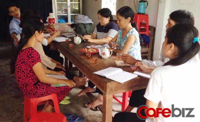 Cuộc họp nhóm rau hữu cơ ở Lộc Thuận có sự tham gia của nông dân, cán bộ xã, trưởng dự án và khách hàng.