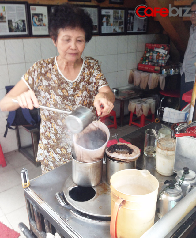 Bà Tuyết, quê gốc ở Nam Định, với công việc thân quen mà bà gắn bó mấy chục năm.