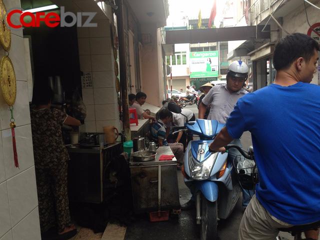 Quán vợt ở đường Phan Đình Phùng, TP HCM.