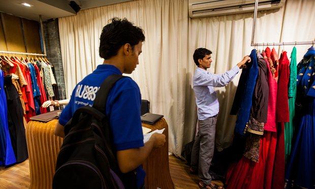 Thakur đang nhận nhiệm vụ giao nhận một gói đồ chứa quần áo cao cấp.