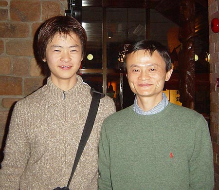 Tấm ảnh hiếm hoi Jack Ma chụp cùng con trai được đăng tải vào năm 2005 khi mà cậu bé chuẩn bị lên chuyến bay để đi học cấp 3.