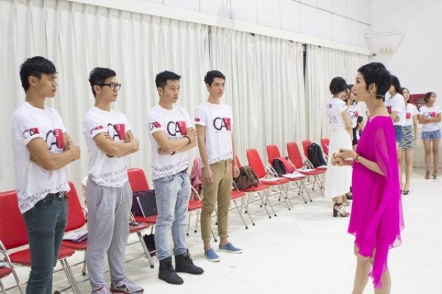 """Người mẫu Xuân Lan ngoài các hoạt động trong showbiz, cô còn là đạo diễn thời trang. Xuân Lan thành lập """"Học viện đào tạo người mẫu CA3"""" do chính cô quản lý và trực tiếp giảng dạy."""