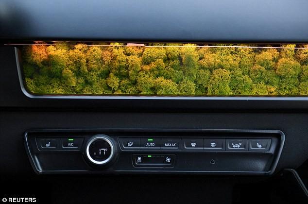 Xe ô tô được lắp 330 tấm pin năng lượng mặt trời, tự sạc cả trong lúc đi - Ảnh 2.