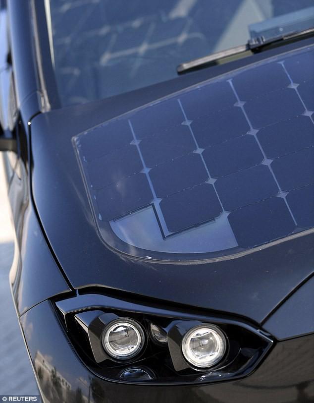 Xe ô tô được lắp 330 tấm pin năng lượng mặt trời, tự sạc cả trong lúc đi - Ảnh 4.