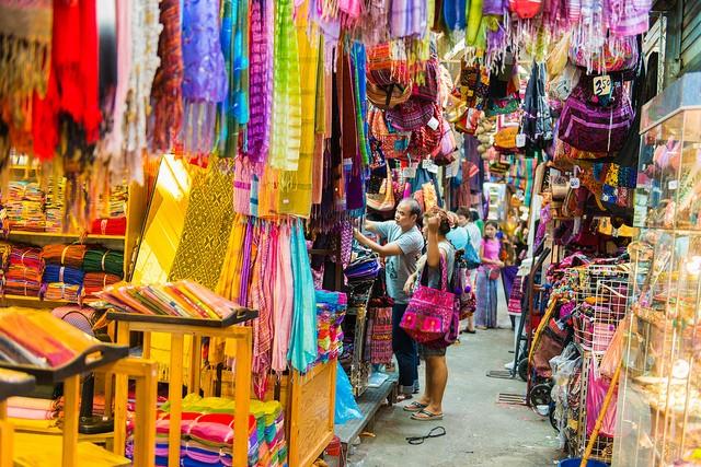 1. Chatuchak Weekend Market, Bangkok, Thái Lan: Đây là khu chợ lớn nhất Thái Lan và chợ cuối tuần lớn nhất thế giới. Chatuchak có tới 15.000 gian hàng và đón hơn 200.000 lượt khách mỗi ngày mở cửa. Đây là một trong những địa điểm hút khách nhất Bangkok và hầu như bất cứ ai tới thành phố này cũng đều ghé thăm Chatuchak.