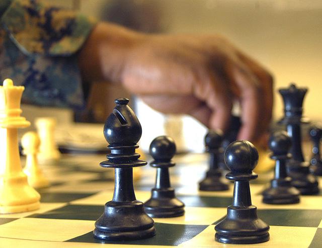 Bạn có thể rèn luyện não bộ bằng cách chơi cờ.