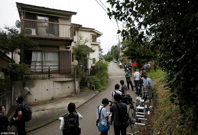 Phóng viên có mặt bên ngoài cơ sở dành cho người khuyết tật Tsukui Yamayuri-en.