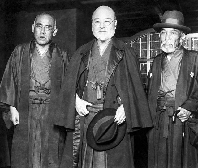 Korekiyo Takahashi đứng giữa