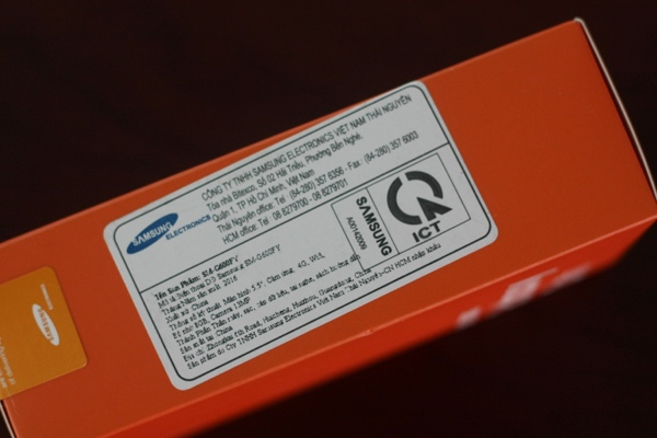 Galaxy On7 sử dụng hộp màu cam, chữ trắng trông rất bắt mắt