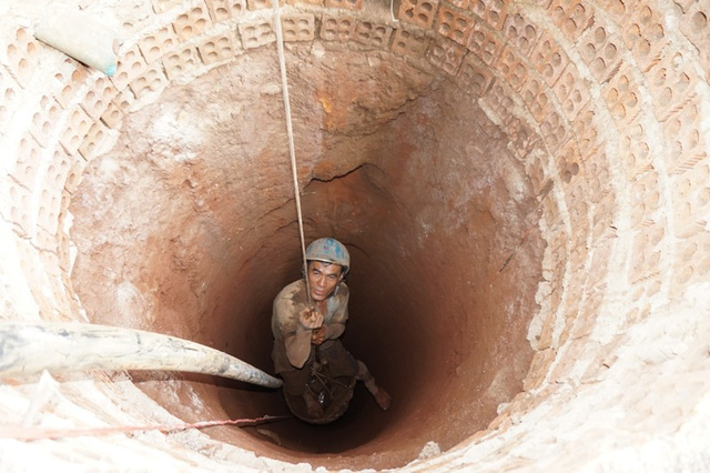 Đào giếng tìm nước tưới cà phê tại xã Ea Tar, huyện Cư M'gar.