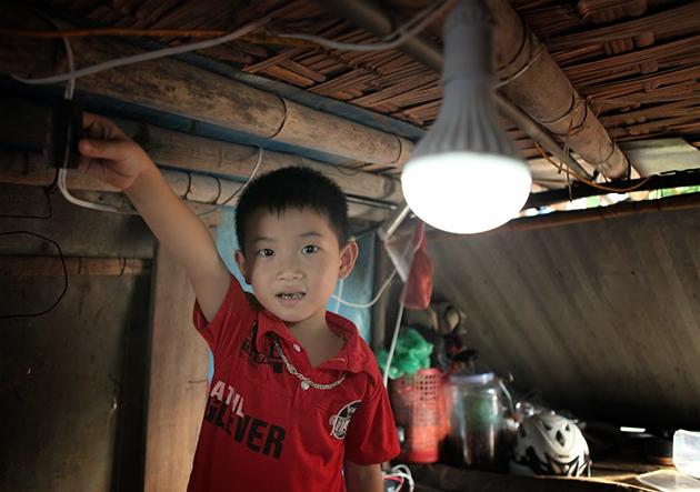 Điện được dẫn về thắp sáng 1 bóng đèn Led công suất khoảng 5W.