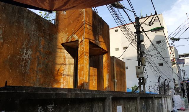 Một trong những trạm nước của HTX Triều Khúc bỏ hoang và khu nhà trọ mang về khoản tiền hàng trăm triệu đồng mỗi tháng cho HTX Triều Khúc.