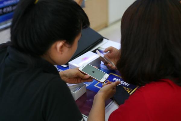 Những chiếc iPhone SE đầu tiên về Việt Nam do FPT Shop tự nhập, không qua nhà phân phối - Ảnh: H.Đ