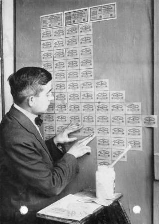 '' Tiền được dùng làm giấy dán tường ''