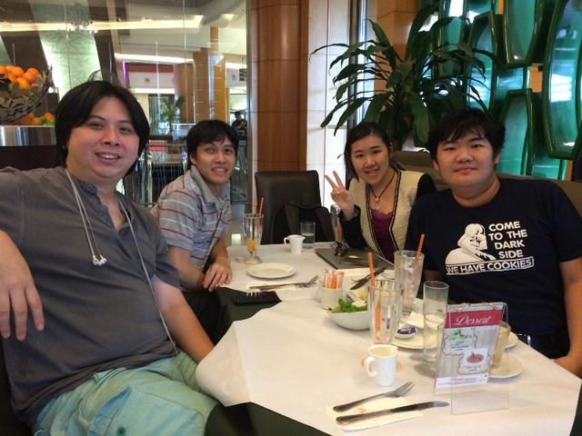Jason, Herwin, SuYuen Chin và một lập trình viên khác (từ trái qua phải)