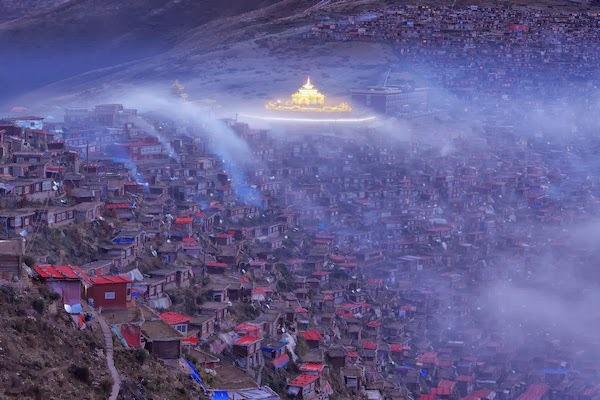 Trong màn sương khói mờ ảo, Larung Gar thoắt ẩn thoắt hiện như một nét huyền bí đến mơ hồ giữa lòng Tây Tạng.