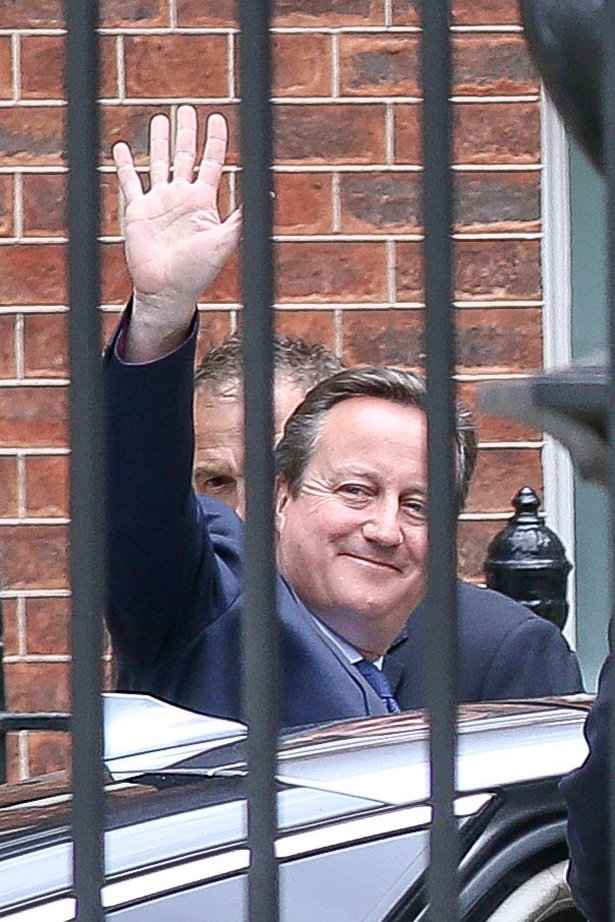 Ông Cameron vẫy chào khi rời Phố Downing - Ảnh: Mirror
