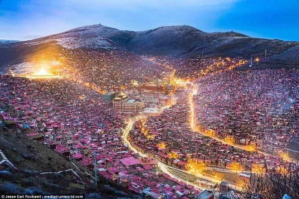 Những cung đường ngập tràn ánh sáng khiến Larung Gar trở nên lung linh hơn giữa bầu trời đêm lạnh lẽo.