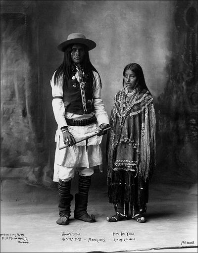 Ảnh một người đàn ông bộ lạcApache mang mũ Boss of the Plains