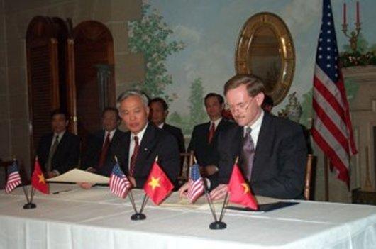 Bộ trưởng Thương mại Vũ Khoan (trái) trao đổi thư chấp thuận với Đại diện Thương mại Robert Zoellick tại Washington D.C. Ảnh: US Embassy