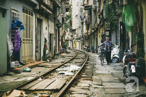 Giữa Hà Nội phồn hoa đô hội, có một nơi đặc biệt mà người dân sống men theo một khúc đường tàu.