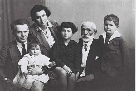 Ông Ben Gurion (ngoài cùng bên trái) cùng cha, vợ và các con năm 1929