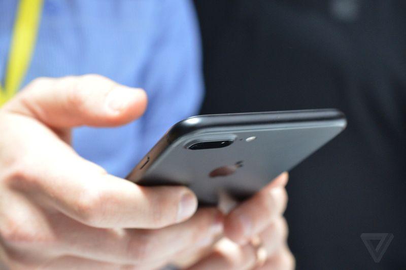 Riêng iPhone 7 Plus có camera kép ở mặt sau với chức năng chụp hình góc rộng