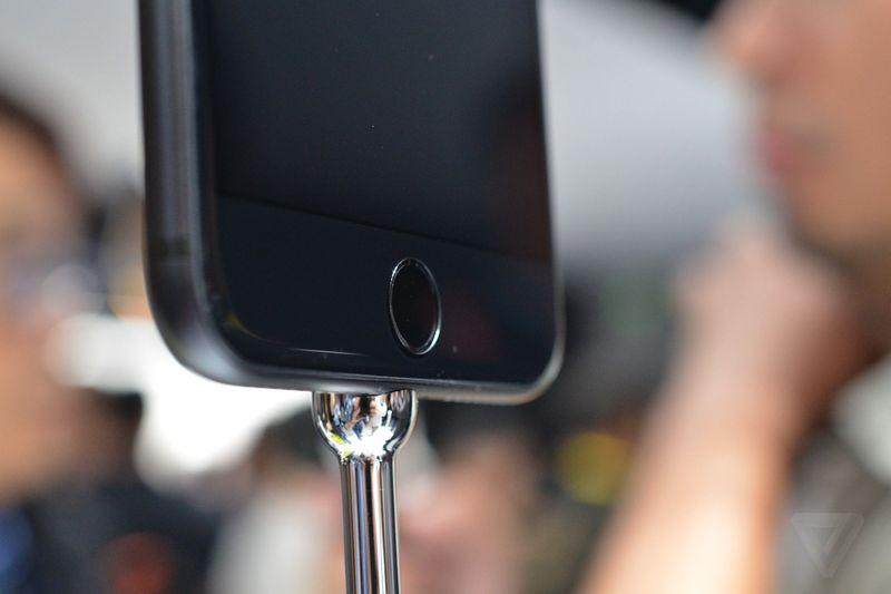 Apple đưa ra cảnh báo: người dùng nên sử dụng thêm vỏ case bảo vệ cho iPhone màu đen bóng vì phiên bản này rất dễ trầy xước