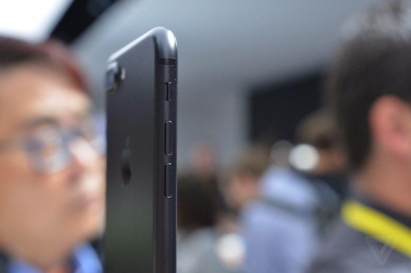Còn lại, iPhone 7 và iPhone 7 Plus được hoàn thiện khá tốt, viền ăng-ten nhựa cũng được Apple giấu rất kĩ