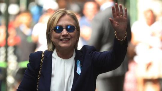 Bà Clinton vẫy tay khi rời nhà con gái hôm 11-9. Ảnh:AP