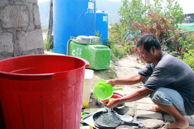 Theo ông Lê Văn Đức (xã Phước Diêm), do nước khan hiếm nên phải sử dụng tiết kiệm - Ảnh: T.TÂN