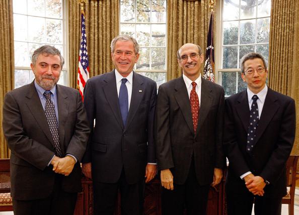 Paul Krugman chụp ảnh cùng Tổng thống Geprge Bush