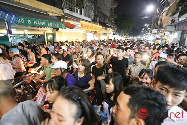 Tối qua (15/9), người dân Hà Nội đã đổ ra đường để đi chơi Tết Trung Thu.