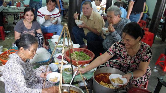 Việc xây dựng nhãn hiệu chứng nhận bún bò Huế của UBND tỉnh Thừa Thiên - Huế là nhằm thiết lập qui chuẩn cho món ăn đã trở nên phổ biến một cách tràn lan này - Ảnh: Thái Lộc
