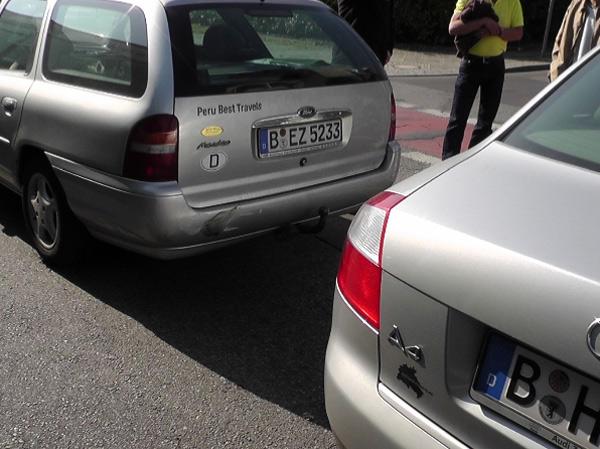 Ảnh hiện trường cú va chạm xe, được cảnh sát Đức xử lý khiến tác giả thấy lạ