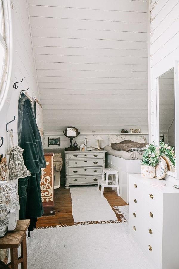 Tường và trần nhà được bao phủ bởi các tấm ván trắng.